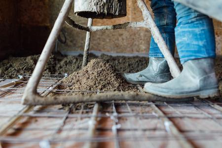 작동중인 콘크리트 펌프 도구