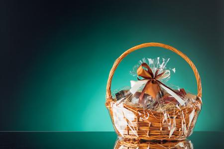 Geschenkkorb auf Smaragd Hintergrund Standard-Bild - 80736934