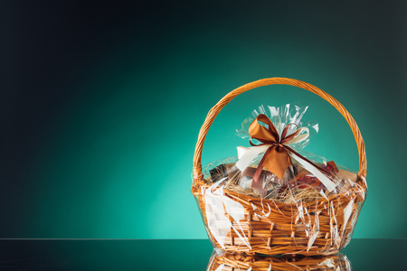 gift basket on emerald background Zdjęcie Seryjne - 80736934