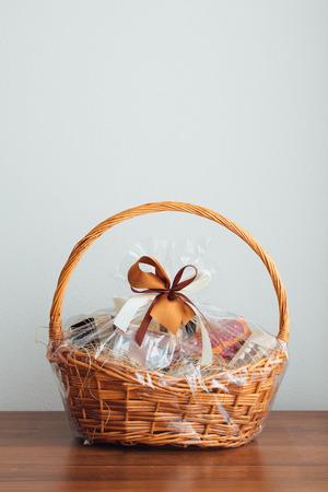 Geschenkkorb auf grauem Hintergrund Standard-Bild - 81993911