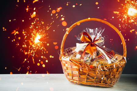 gift basket with festive sparklers particles Foto de archivo