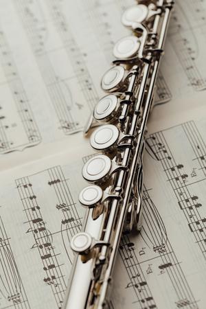 flûte sur feuille de musique