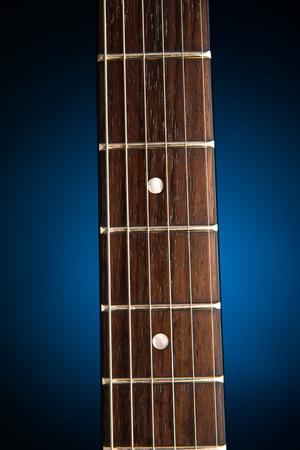 E-Gitarren-Hals, blauer Hintergrund Standard-Bild - 88246338