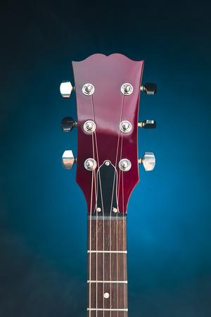 E-Gitarren-Kopf, blauer Hintergrund Standard-Bild - 88246355