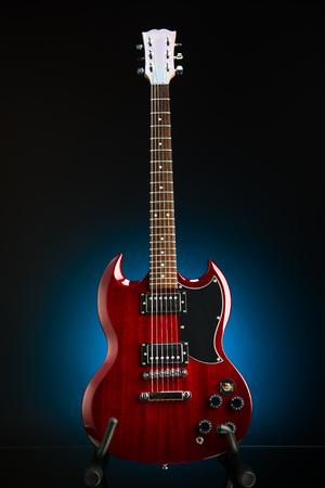 E-Gitarre vor blauem Hintergrund Standard-Bild - 88246384