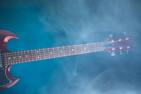 연기, 파란색 배경에서 전기 기타 스톡 콘텐츠