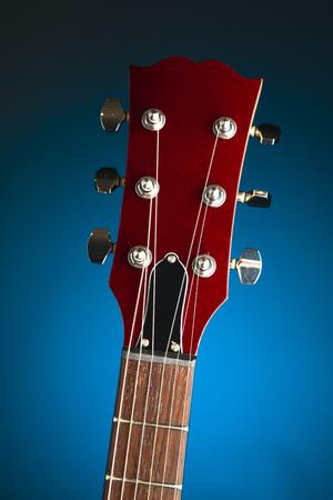 E-Gitarrenkopf, blauer Hintergrund Standard-Bild - 88978282