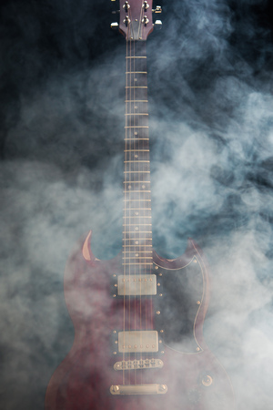 E-Gitarre im Rauch, Nahaufnahmeansicht Standard-Bild - 93285945
