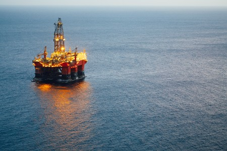 offshore oil and gas platform with illumination Imagens
