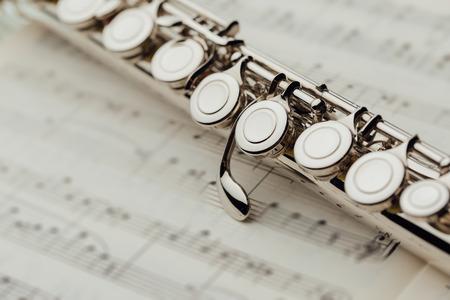 transverse flute on music sheet Reklamní fotografie