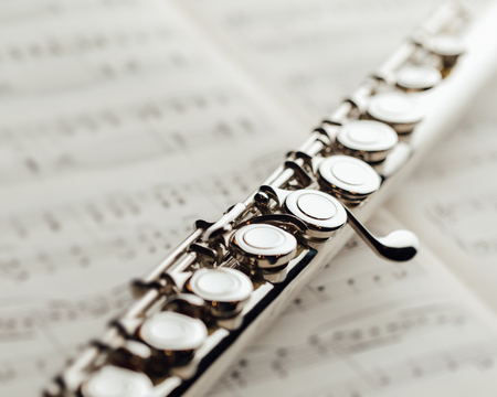 transverse flute on music sheet 版權商用圖片