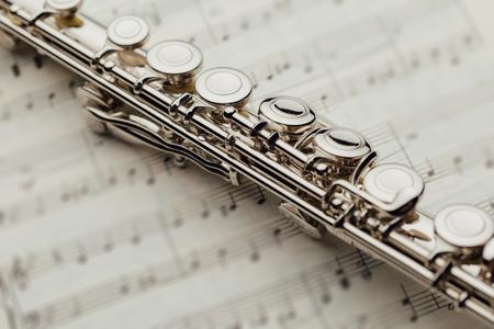 flûte traversière sur feuille de musique Banque d'images