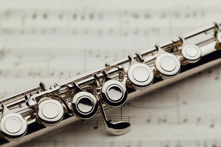 flûte traversière sur feuille de musique
