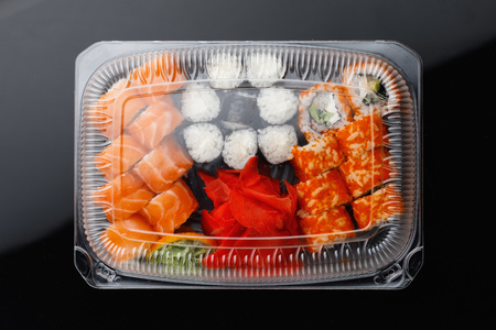 sushi rolls mix in a plastic box container Фото со стока - 121849446