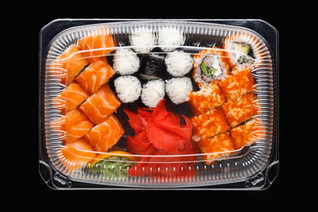 sushi rolls mix in a plastic box container Фото со стока - 123075657