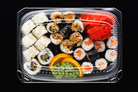 sushi rolls mix in a plastic box container Фото со стока - 123075690