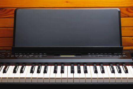 Digitalpiano-Tasten mit Notenständer, Hintergrund mit Kopienraum Standard-Bild
