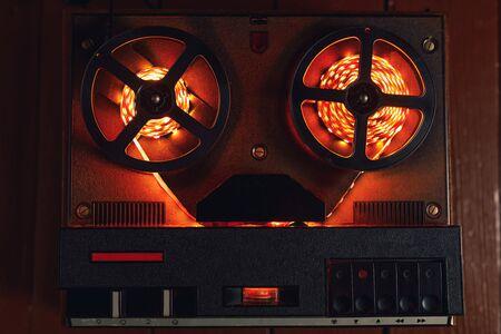 reel to reel audio tape recorder with orange led light strip Standard-Bild