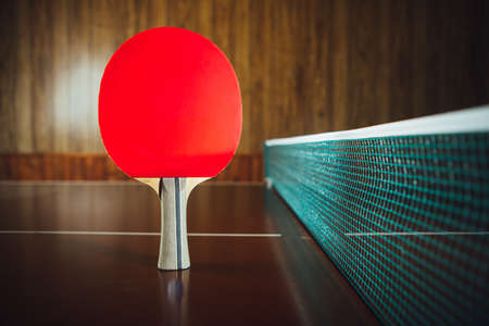 table tennis rackets and net, close-up view Banque d'images