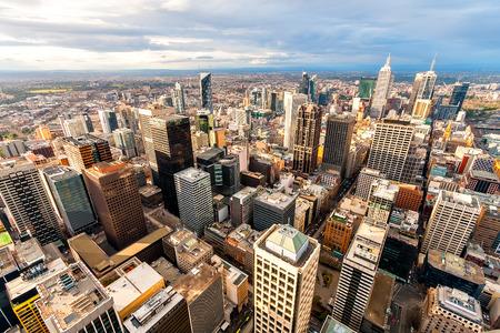 aerial: Panorama del centro de la ciudad de Melbourne desde un punto alto.
