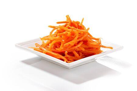 plato de ensalada: Zanahoria coreano en plato de ensalada cuadrado aislado sobre fondo blanco Foto de archivo
