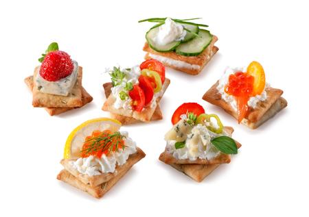 queso fresco blanco: conjunto de galletas gourmet aperitivos cerca de aislados sobre fondo blanco Foto de archivo