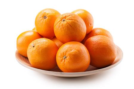 fondo blanco: las naranjas en un plato de madera cerca de aislados sobre fondo blanco