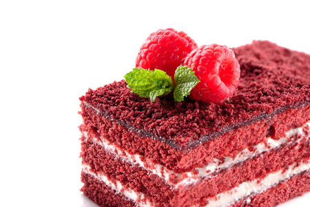 trozo de pastel: Red Velvet pedazo de la torta de cerca aislado en el fondo blanco con frambuesas y hojas de menta en la parte superior