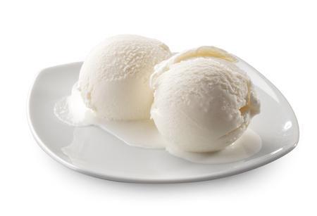 白い背景に分離された 2 つの溶けたアイス クリーム自然ボール クローズ アップ