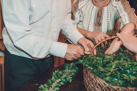 The Ukrainian wedding tradition is the bride's wreath weaving 2019 Foto de archivo