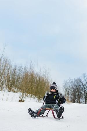 Heureux petit garçon en hiver cour couverte de neige 2019