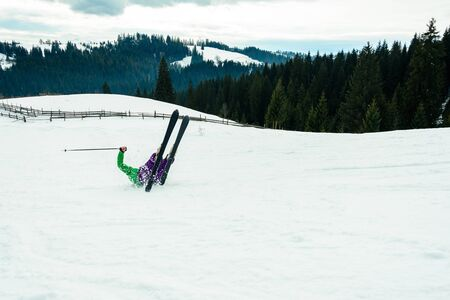 A man skiing at high speed fell and injured in the mountains of the Carpathians