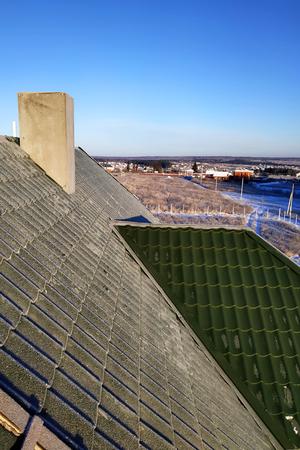 Zielona dachówka mroźny poranek na dachu domu 2019 Zdjęcie Seryjne