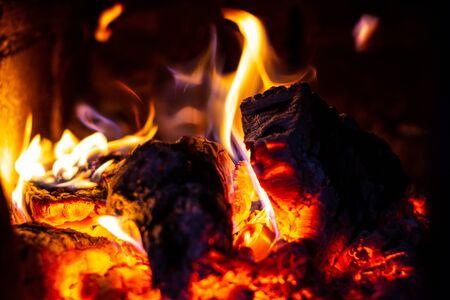 Drewno opałowe pali się w piecu, ogień jest jasnoczerwony. 2019