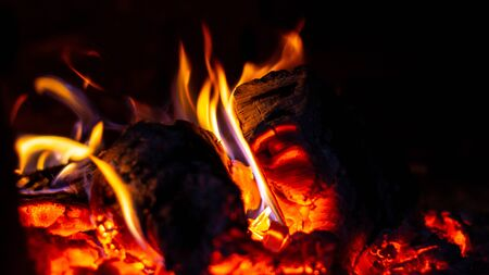 Das Brennholz brennt im Ofen, das Feuer ist knallrot. 2019