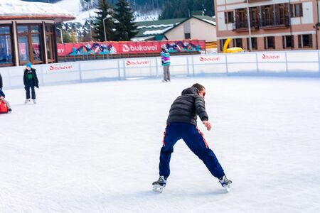 Bukovel, Ukraine February 12, 2019 - a man skates for the first time. 2019 新聞圖片