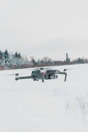 Drone courant dans le ciel, quadcopter sur fond de ciel bleu.2020 Banque d'images