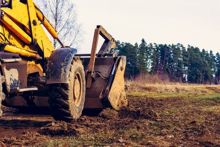 Grader clearing and leveling of the soil to install concrete slabs.2020 Zdjęcie Seryjne