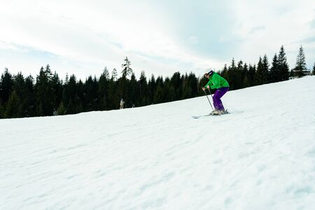 A young man is skiing in the Carpathians on the slopes. 2019 Stockfoto
