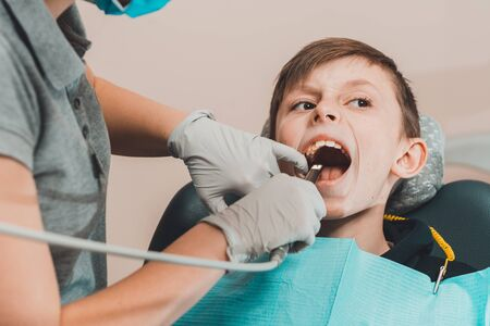 orthodontist inspects teenager's oral cavity with a dental camera 2020 Zdjęcie Seryjne - 142505414