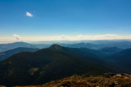 Beautiful landscape with high cliffs and illuminated peaks, blue sky and trails of the Montenegrin ridge, mountain peaks of the Ukrainian Carpathians. 2020 Archivio Fotografico