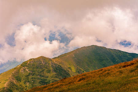 The Montenegrin ridge and all the magic of the mountains, picturesque landscapes, mysterious clouds, the majestic mountains of Ukraine. 2020 免版税图像