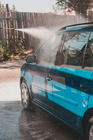 Car wash, rinse with excess water and foam on the car, clean on a wet car. 2020 Imagens