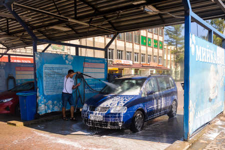 Ivano-Frankivsk, Ukraine August 14, 2020: self-service car wash, car wash in the warm season, self-service at the car wash on site. 2020 新聞圖片