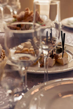 Table setting, festive event and table setting, dishes and snacks when setting tables. 2020 Imagens