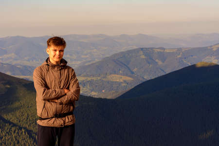 Young boy, tourist, portrait photos of a guy in the Carpathian mountains, picturesque and impressive Ukrainian Carpathians, view from the mountain Pip Ivan Chornohirsky. 2020 Banque d'images