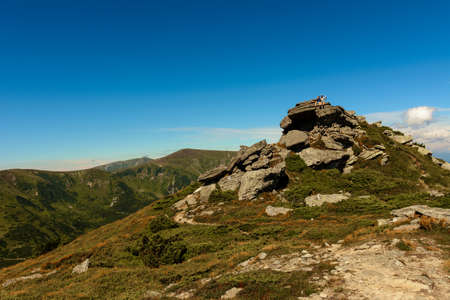 Beautiful landscape with high cliffs and illuminated peaks, blue sky and trails of the Montenegrin ridge, mountain peaks of the Ukrainian Carpathians. 2020 Banque d'images