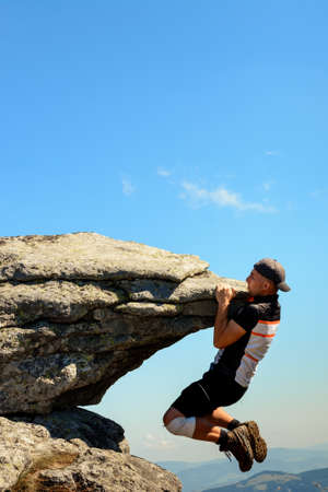 Tourist climber makes a climb on a large rocky rock without protection, the Ukrainian Carpathians, danger and extreme. 2020 Banque d'images