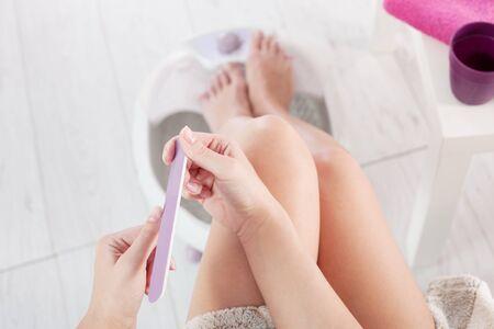 massage homme: Femme soins des ongles. vue de dessus Banque d'images