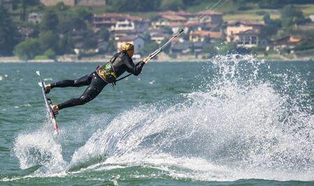 seaa: kitesurfer